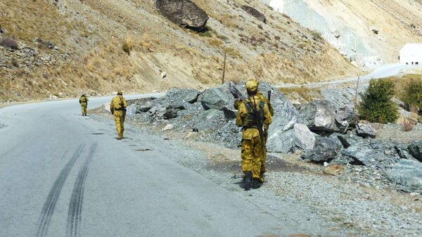 Пограничники на Таджикско-афганской границе вдоль реки Памир. - Sputnik Тоҷикистон