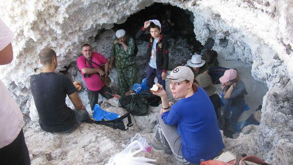 Вход в соляную пещеру горы Ходжа-Мумин - Sputnik Таджикистан