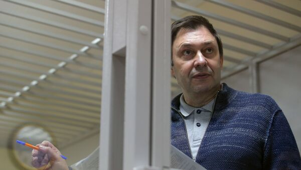 Руководитель портала РИА Новости Украина Кирилл Вышинский на заседании в Херсонском апелляционном суде - Sputnik Таджикистан