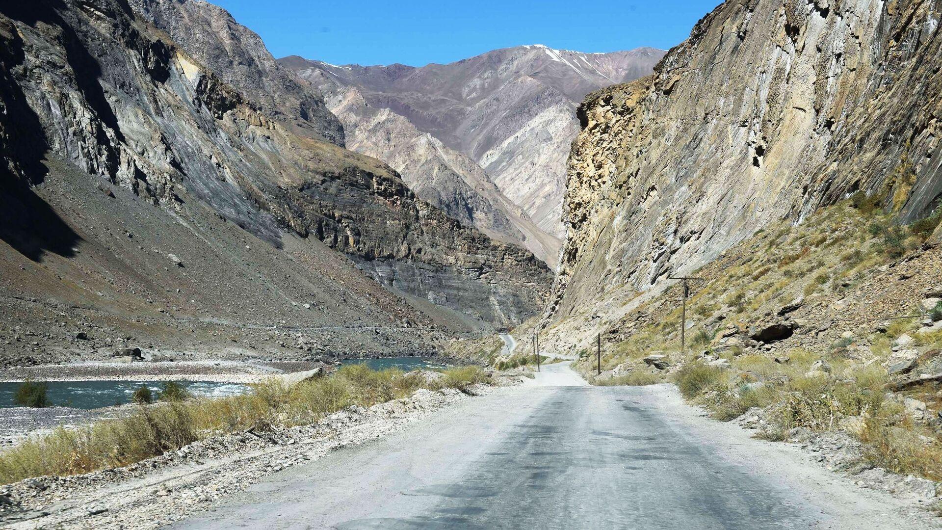 Дорога в Таджикистане вдоль реки, архивное фото - Sputnik Тоҷикистон, 1920, 27.09.2021