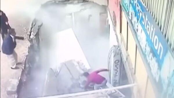 В Турции женщины провалились под рухнувший тратуар - видео - Sputnik Тоҷикистон