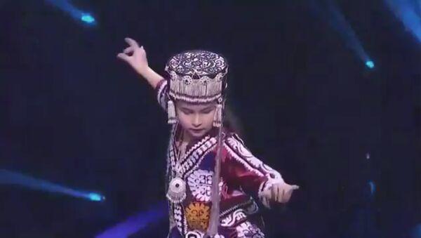 Маленькая девочка из Таджикистана выступила на сцене в Китае - видео - Sputnik Тоҷикистон