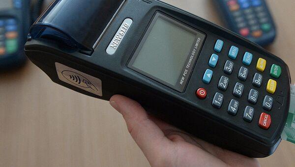 Платежный терминал для банковской карты, архивное фото - Sputnik Таджикистан