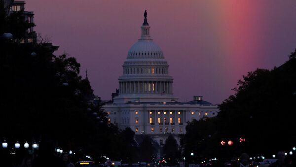 Радуга над зданием Капитолия в Вашингтоне в день голосования на промежуточных выборах в конгресс США. 6 ноября 2018 - Sputnik Таджикистан