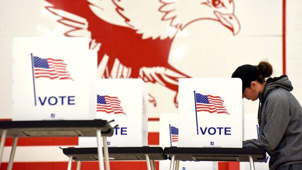 Голосование на примежуточных выборах на избирательном участке в Мэдисоне, штат Висконсин, США. 6 ноября 2018 - Sputnik Таджикистан
