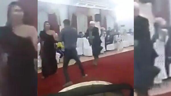 Аксакал в Кыргызстане прогнал с танцпола веселящуюся парочку - Sputnik Тоҷикистон