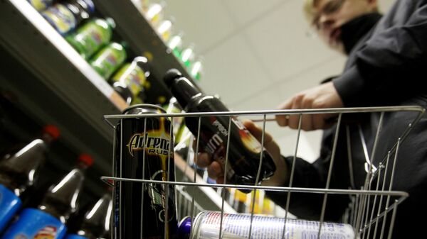 Подросток покупает энергетические напитки - Sputnik Таджикистан