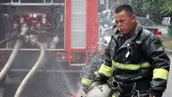 Сотрудник пожарной службы МЧС Республики Казахстан, архивное фото - Sputnik Таджикистан