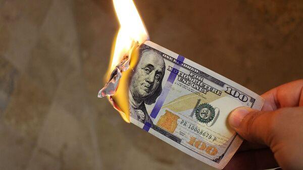 Сжигание стодолларовой купюры, архивное фото - Sputnik Таджикистан