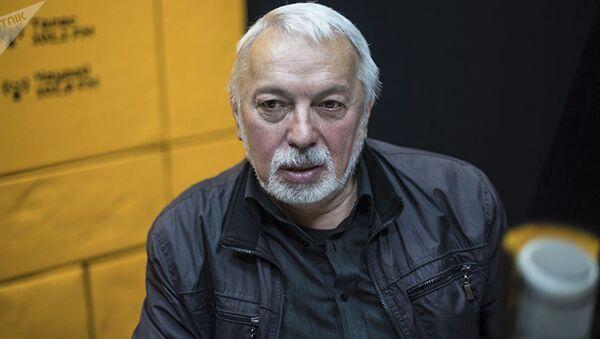 Журналист Александр Никсдорф во время интервью на радиостудии Sputnik Кыргызстан - Sputnik Таджикистан