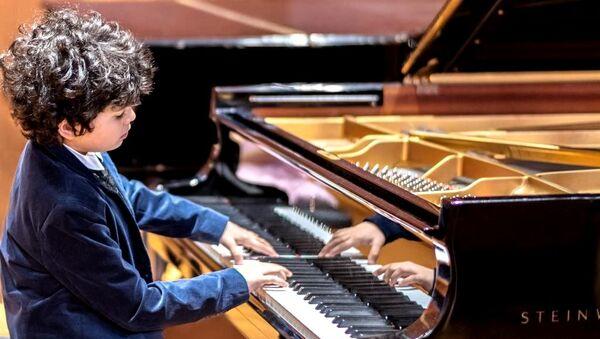 Юный таджикский музыкант Самир Абдураззаков завоевал награду на гала-концерте Florida Keys - Sputnik Тоҷикистон