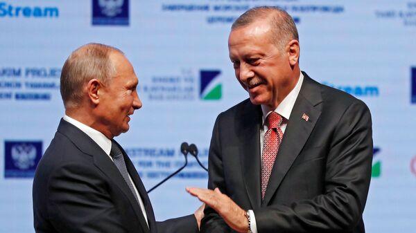 Президенты России и Турции Владимир Путин и Тайип Эрдоган отдали команду на укладку последней секции морской части газопровода Турецкий поток - Sputnik Тоҷикистон