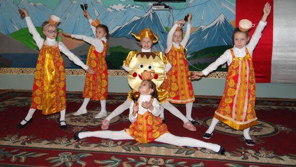 Дети воскресной школы 201-й РВБ дали концерт в доме для престарелых и инвалидов в Турсунзаде - Sputnik Таджикистан