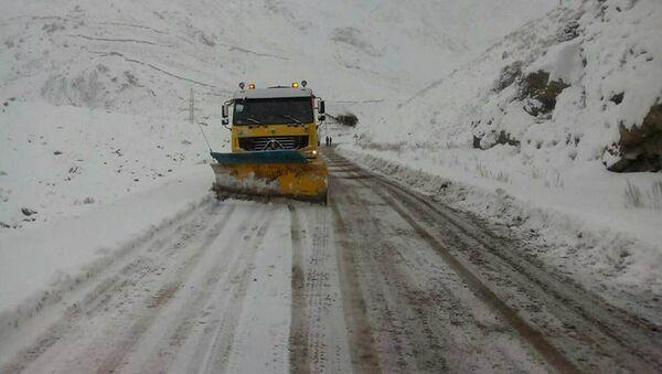 Грузовой автомобиль расчищает дорогу от снега в Таджикистане  - Sputnik Тоҷикистон