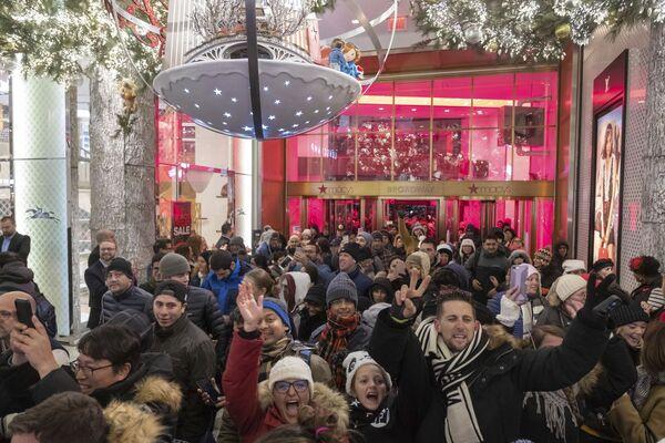 В день благодарения магазины открывают двери для тысяч покупателей в Нью_Йорке 22.11.2018 - Sputnik Таджикистан