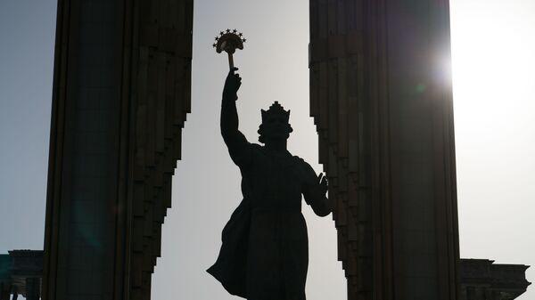 Статуя Исмаила Самани, архивное фото - Sputnik Тоҷикистон