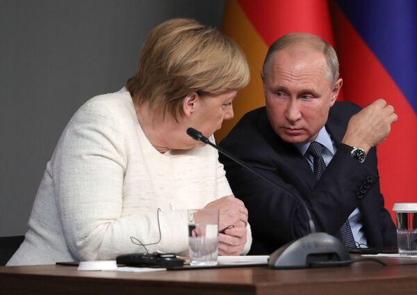 Президент РФ Владимир Путин и федеральный канцлер ФРГ Ангела Меркель во время совместной пресс-конференции по итогам встречи по вопросам сирийского политического урегулирования и социально-экономического восстановления Сирии. 27 октября 2018 года. - Sputnik Таджикистан