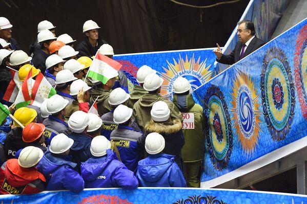Президент Таджикистана Эмомали Рахмон на открытии первого гидроагрегата на Рогунской ГЭС в Таджикистане  - Sputnik Таджикистан