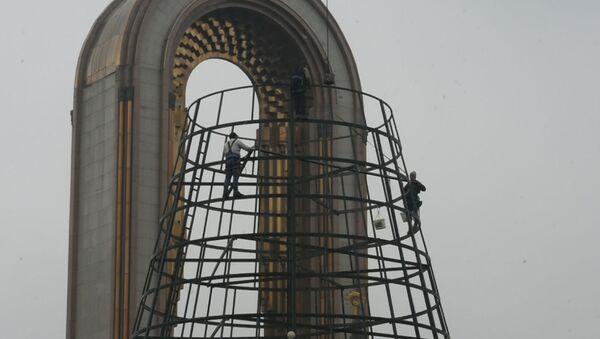 В Душанбе идет установка самой высокой новогодней елки в Таджикистане - Sputnik Тоҷикистон