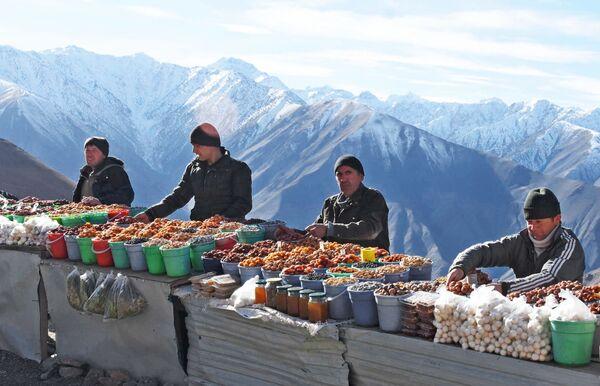 Продавцы сухофруктов на горном перевале, архивное фото - Sputnik Таджикистан