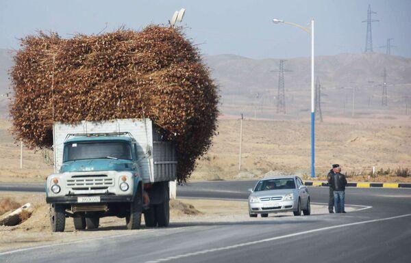 Автомобильная дорога, ведущая к городу Худжанду-Исфаре, архивное фото - Sputnik Таджикистан