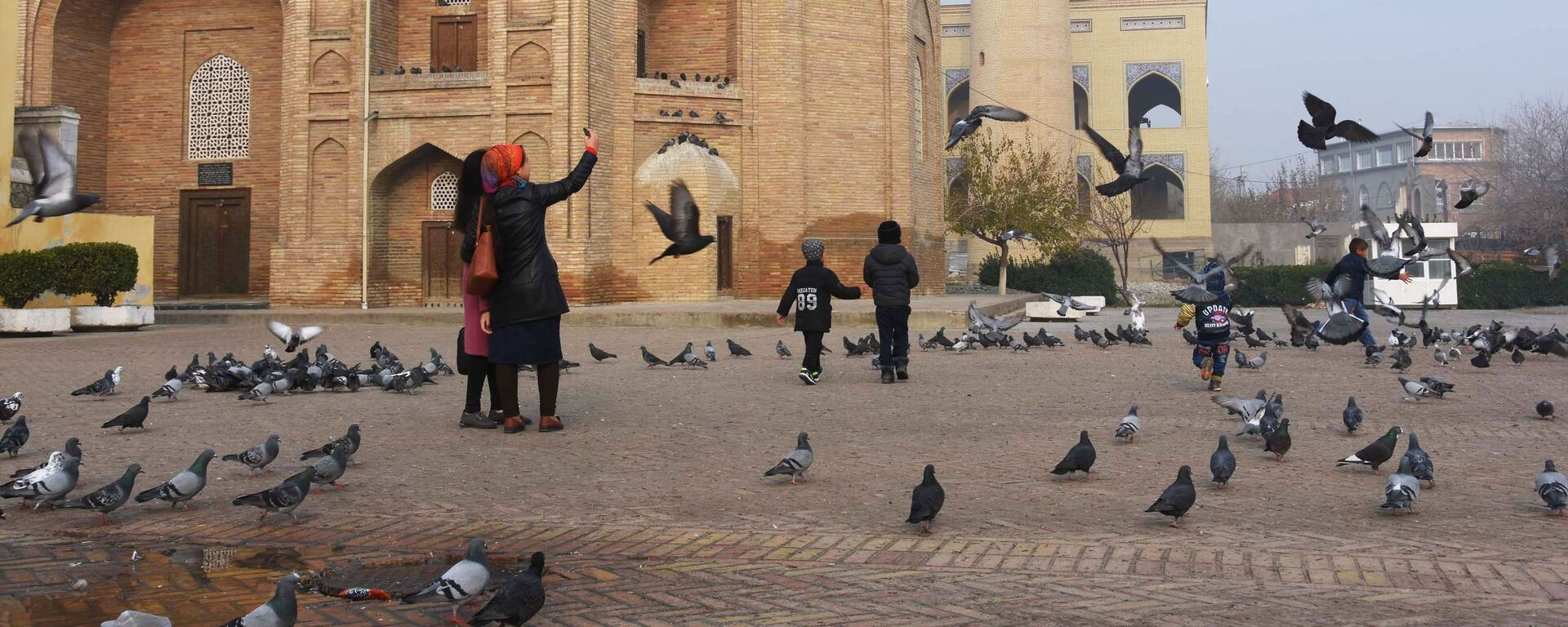 Женщины фотографируются на фоне Мавзолея Шейха Муслихиддина в городе Худжанде в Таджикистане, архивное фото - Sputnik Тоҷикистон, 1920, 29.12.2018