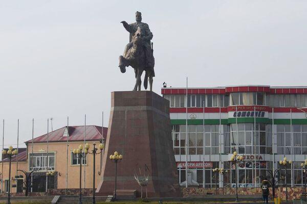 Памятник Сомони в городе Исфаре, архивное фото - Sputnik Таджикистан