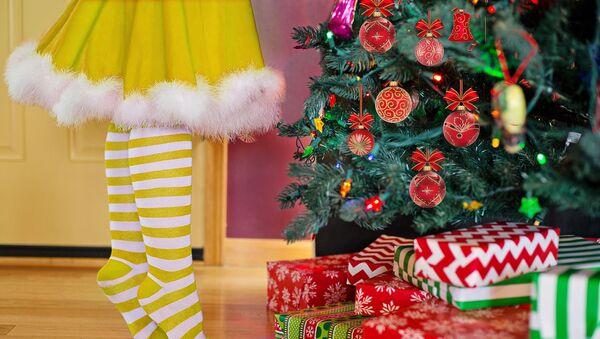 Украшение новогодней елки, архивное фото - Sputnik Таджикистан