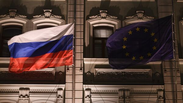 Флаги России и Евросоюза над одним из отелей в Москве, архивное фото - Sputnik Таджикистан