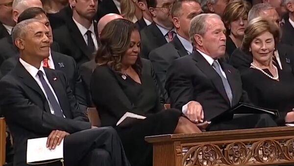 Джордж Буш угостил Мишель Обаму конфетой на похоронах отца - Sputnik Таджикистан