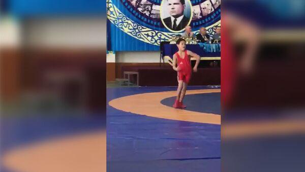 Маленький казахский борец покорил соцсети походкой Макгрегора - Sputnik Таджикистан