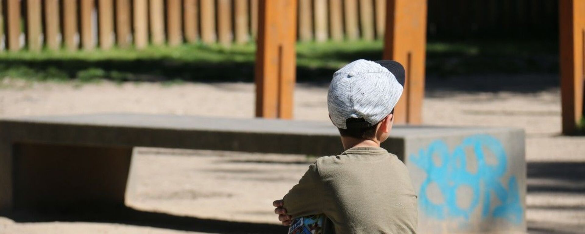 Одинокий ребенок на улице, архивное фото - Sputnik Тоҷикистон, 1920, 22.09.2021