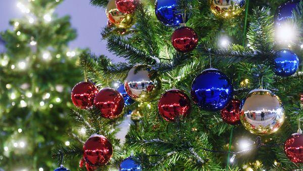 Украшенная шарами новогодняя елка - Sputnik Таджикистан