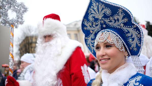 Праздничное шествие Дедов Морозов в Краснодаре - Sputnik Таджикистан