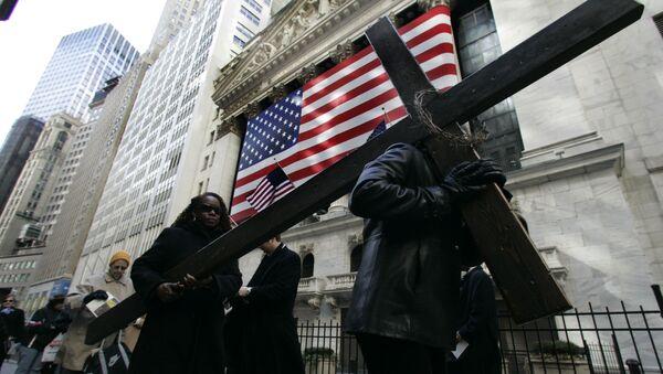 Крест у здания Нью-Йоркской фондовой биржи - Sputnik Таджикистан