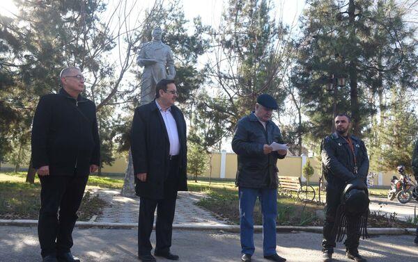 В Душанбе прошел митинг, посвященный памяти советского летчика Чкалова - Sputnik Таджикистан