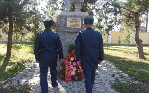Церемония возложения цветов к памятнику легендарному летчику-испытателю Валерия Чкалова в Душанбе - Sputnik Таджикистан