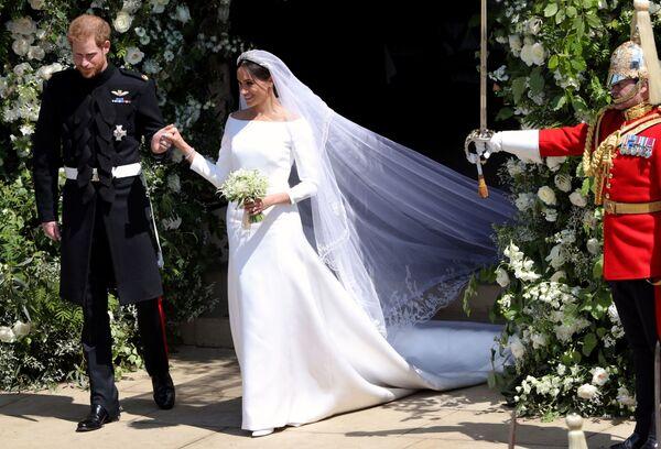 Принц Гарри и Меган Маркл во время свадебной церемонии в часовне Св. Георгия в Виндзорском замке - Sputnik Таджикистан