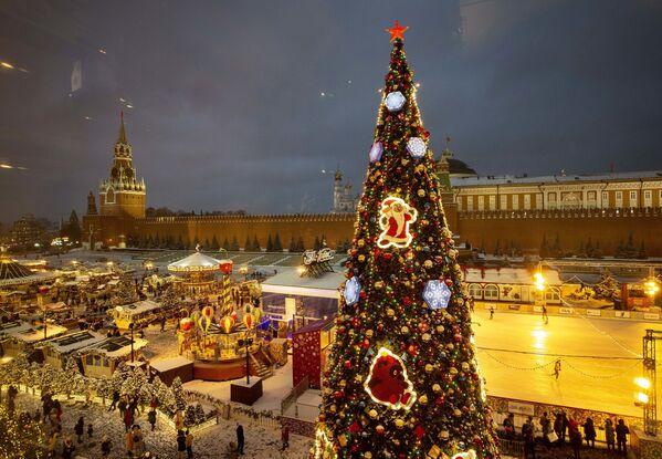 Рождественская ель на Красной площади в Москве  - Sputnik Таджикистан