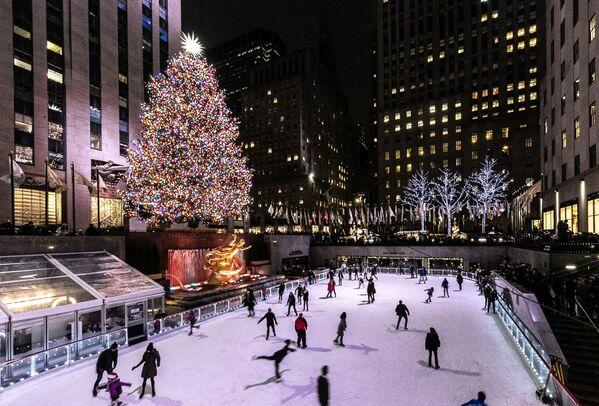 Рождественская ель в Рокфеллеровском центре в Нью-Йорке - Sputnik Таджикистан