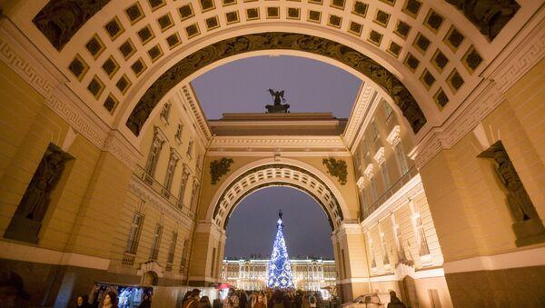 Главная новогодняя елка на Дворцовой площади в Санкт-Петербурге - Sputnik Таджикистан