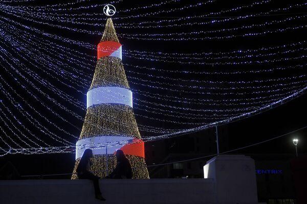 Две девушки у рождественской ели на площади Сальвадора-дель-Мундо в Сан-Сальвадоре, Сальвадор - Sputnik Таджикистан