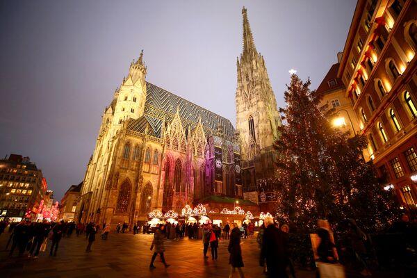 Рождественская ель на ярмарке перед собором Святого Стефана в Вене, Австрия - Sputnik Таджикистан