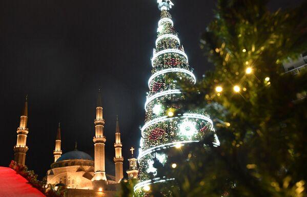 Рождественская ель на одной из улиц Бейрута - Sputnik Таджикистан