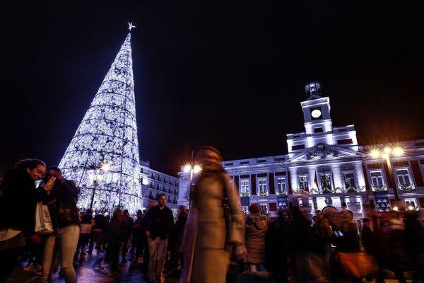 Рождественская ель в Мадриде - Sputnik Таджикистан
