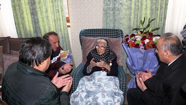 Министр культуры поздравил заслуженную артистку Таджикистана Мушаррафа Косимова со 101-летием  - Sputnik Тоҷикистон