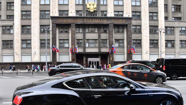 Перед зданием Государственной думы РФ  - Sputnik Таджикистан