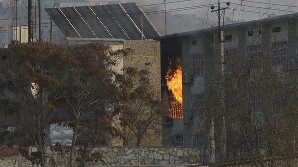 Пламя из правительственного здания после взрыва и нападения боевиков в Кабуле - Sputnik Тоҷикистон