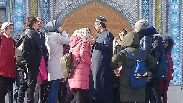 Экскурсия школьников из Хорога в центральной мечети города Душанбе - Sputnik Тоҷикистон