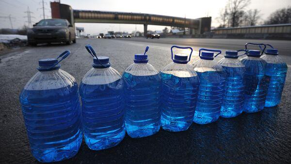 Несанкционированная продажа незамерзающей жидкости для автомобилей - Sputnik Таджикистан